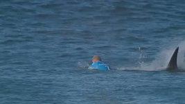 Mick Fanning, kterého při závodech v roce 2015 atakoval žralok, se po 20 měsících vrátil k surfování