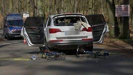Auto blokovalo trasu cyklistických závodů, několik účastníků se zranilo