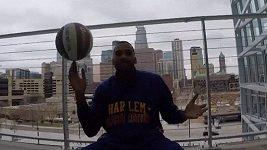 Hráč Harlem Globetrotters předvedl neskutečnou trefu