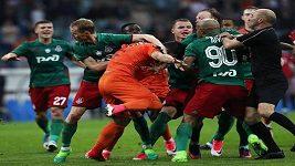 Ruský fotbalový pohár vyhrál Lokomotiv Moskva, v závěru duelu se na hřišti porvali fotbalisté