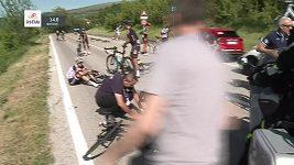 Drsnou nehodu během nedělní etapy Gira způsobil odstavený policejní motocykl u levé krajnice.