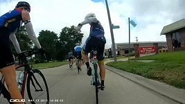 Cyklistu Christophera Weisse zasáhla při jízdě střela