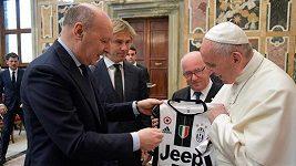 Pavel Nedvěd po boku Papeže před finále poháru v Itálii