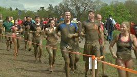 Závodů v bahně se účastnily tisíce běžců