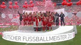 Fotbalisté Bayernu s trofejí pro mistry bundesligy