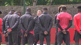 Hráči Manchesteru United drží minutu ticha po pondělním teroristickém útoku