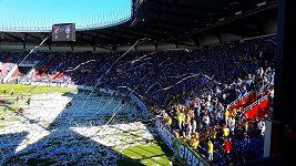 Fanoušci Baníku vhazují konfety na hřiště během utkání se Znojmem.