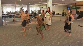 Na hráče Lions čekalo na letišti v Aucklandu tradiční maorské přivítání