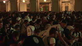 Fanoušci Juventusu krátce po odpálení dělobuchu.