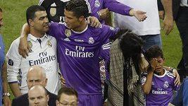 Cristiano Ronaldo junior po boku slavného táty