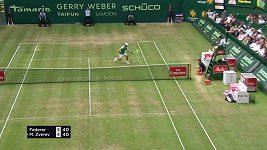Švýcarský tenista Roger Federer udělal další krok k devátému titulu na travnatém turnaji v německém Halle.