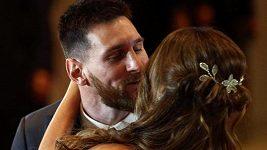Messi líbá nevěstu, fanoušci aplaudují jako na fotbale