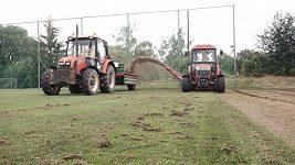 Jak se odstraňuje poničený fotbalový trávník