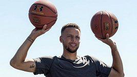 Basketbalista Stephen Curry z Golden State Warriors ukázal, že umí zacílit nejen do koše...