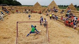 Ruský farmář postavil fotbalový stadión ze slámy