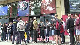 Zájemci o Neymarův dres u fanshopu