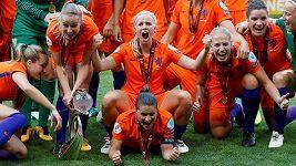 Fotbalistky Nizozemska slavily tanečky se šampaňským