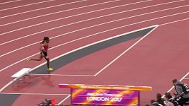 Keňanka Beatrice Chepkoechová zdloudila při závodě na 3000 m přek.