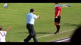 Člen ochranky se během zápasu procházel na hřišti