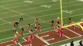 Kameraman při zápase NFL převálcoval jednu zcheerleaders