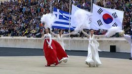 Show při předání olympijské pochodně korejským pořadatelům