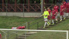 Nevšední nástup fotbalisty na hřiště