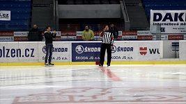 Hokejový rozhodčí zpívá v Plzni státní hymnu