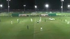 Fotbalový zápas narušil bláznivý řidič.