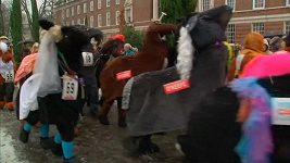 V Londýně se konaly běžecké závody dvojic v koňských převlecích