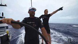 Vedoucí loď Volvo Ocean Race lovila z oceánu člena posádky