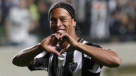 Archivní záběry Ronaldinha, když přestupoval do Barcelony, AC Milán a Fluminense