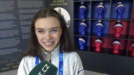 Anna Dušková sbírá v olympijské vesnici odznáčky