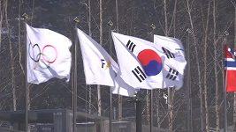 Silný vítr v Koreji komplikuje soutěže sjezdařů.