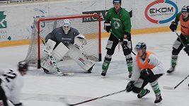 Brankář Mladé Boleslavi Brandon Maxwell je na olympiádě s hokejisty USA.