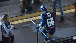 Jágr nastoupil proti Prostějovu. Na ledě ale byl jen pár sekund, pak odkulhal do šatny.