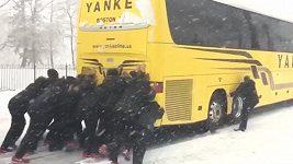 Basketbalistky roztlačovaly svůj autobus, který zapadl ve sněhu