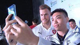 Český fotbalový reprezentant Tomáš Kalas na setkání s čínskými příznivci.