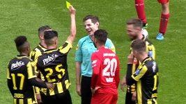 Fotbalista ukázal sudímu žlutou kartu