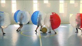 Ruské děti hrají fotbal v nafukovacích koulích