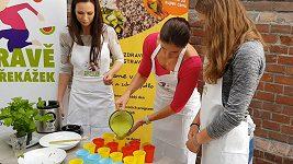Zuzana Hejnová dělá smoothie