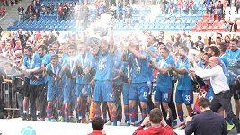 Fotbalisté Plzně zvedají nad hlavu pohár pro mistra ligy