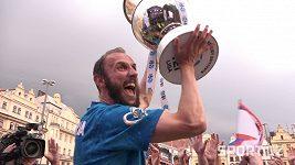 Fotbalisté Plzně slavili s fanoušky také na náměstí. Přijeli tam i tankem!