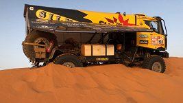 Takhle se zachraňuje zapadlý kamión v dunách.