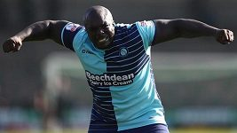Adebayo Akinfenwa poslal drsný vzkaz Sergiu Ramosovi