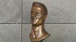 Kontroverzní bustu Ronalda na letišti na Madeiře na přání rodiny vyměnili