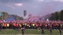 Francouzští fanoušci slaví v Paříži titul mistrů světa