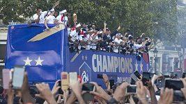 Oslavy titulu francouzských fotbalistů v Paříži