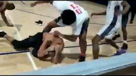 Rvačka při basketu v USA