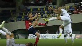 Brutální faul během zápasu 1. předkola Ligy mistrů