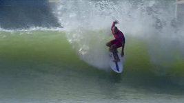 Slater a další surfaři řádí 100 mil od oceánu